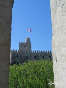 Georgiens Flagge weht über der Festung Achalziche