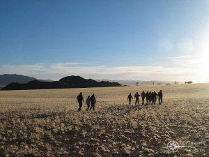Reisegruppe in der Steppe von Namibia