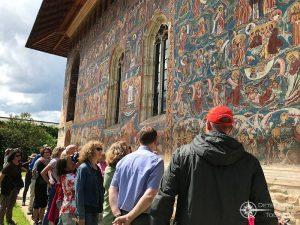 Besichtigung der Außenmalereien des Klosters Moldovita im Nordosten Rumäniens