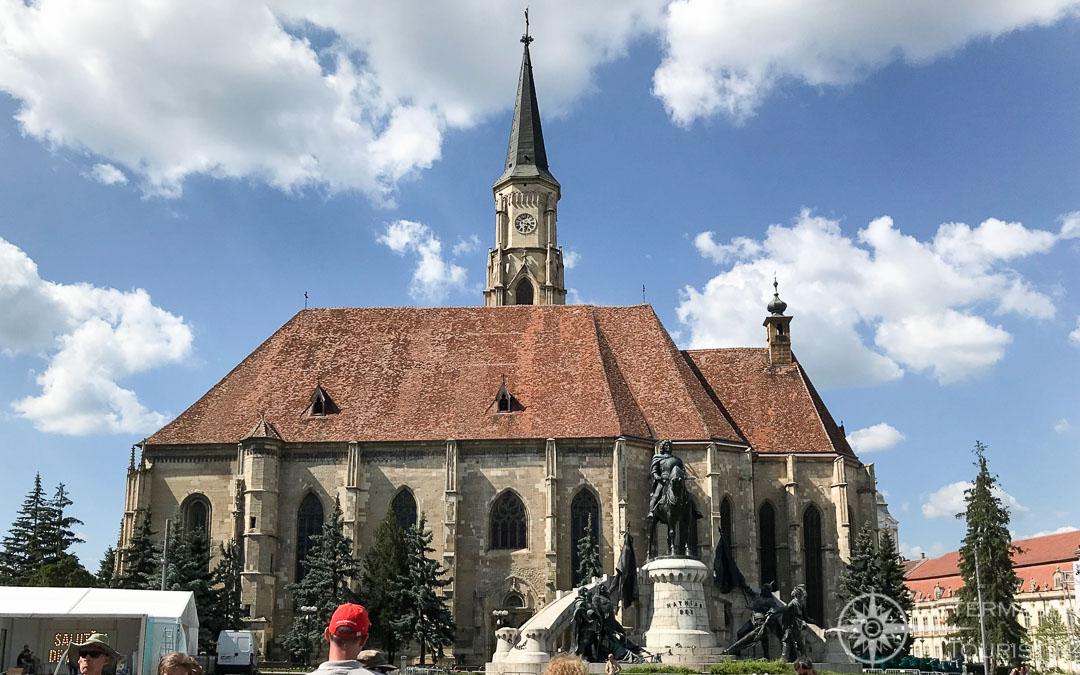 Die katholische Kirche auf dem Marktplatz in Siebenbürgens Metropole Cluj Napoca
