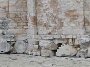 Fundament der Donatus-Kirche mit roemischen Saeulenfragmenten in Spolien