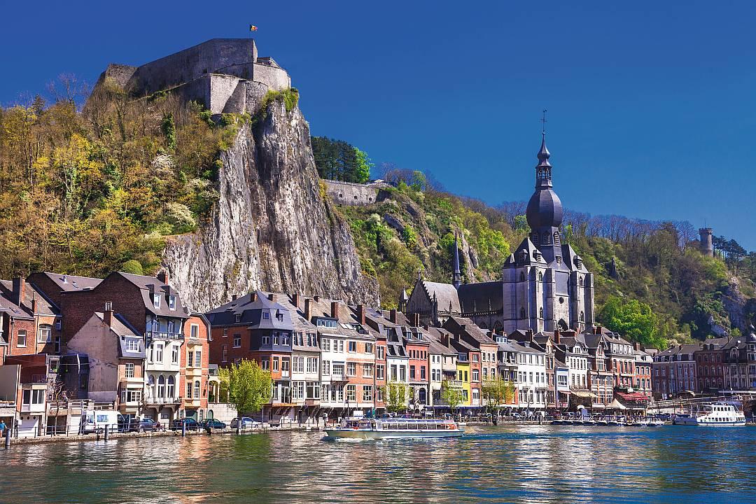 "Uferstrasse der Maas (franz. Meuse) mit der Stiftskirche ""Notre-Dame de Dinant"""